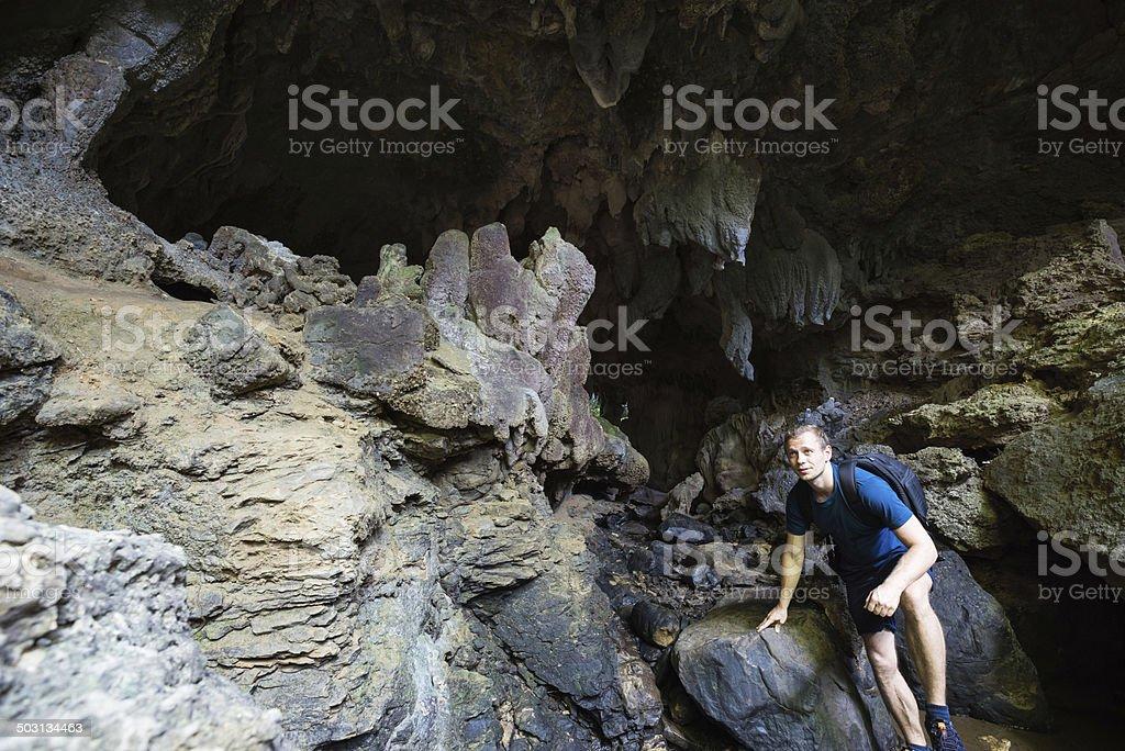 Mann Erkunden Sie abgelegene Kalkstein-Höhle Lizenzfreies stock-foto