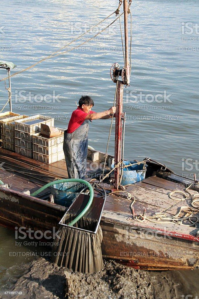 Uomo di pesca sul Fiume delle Perle, Cina foto stock royalty-free