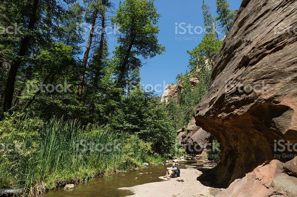 Mann Wandern in Oak Creek Canyon in Arizona, USA Lizenzfreies stock-foto