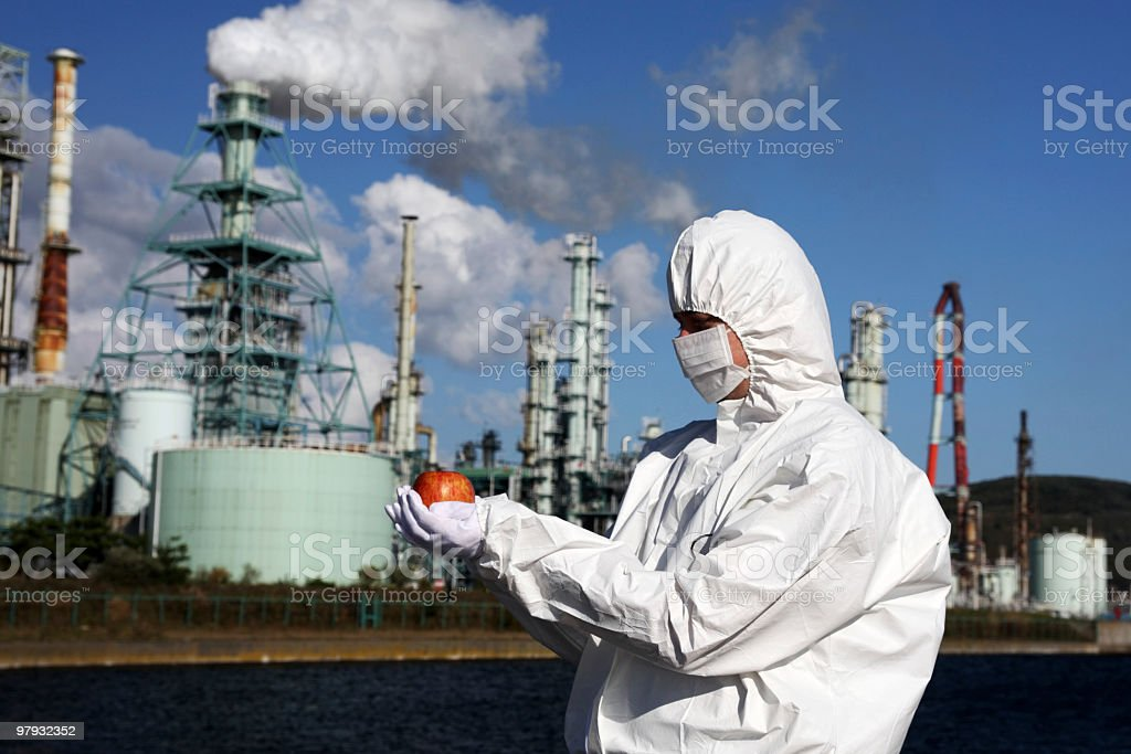Mann hält einen Apfel vor Fabrik Lizenzfreies stock-foto