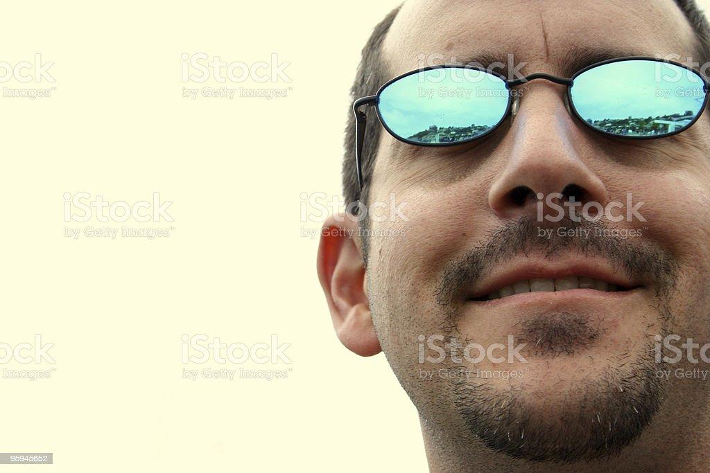 Homme dans des lunettes de soleil miroir photo libre de droits