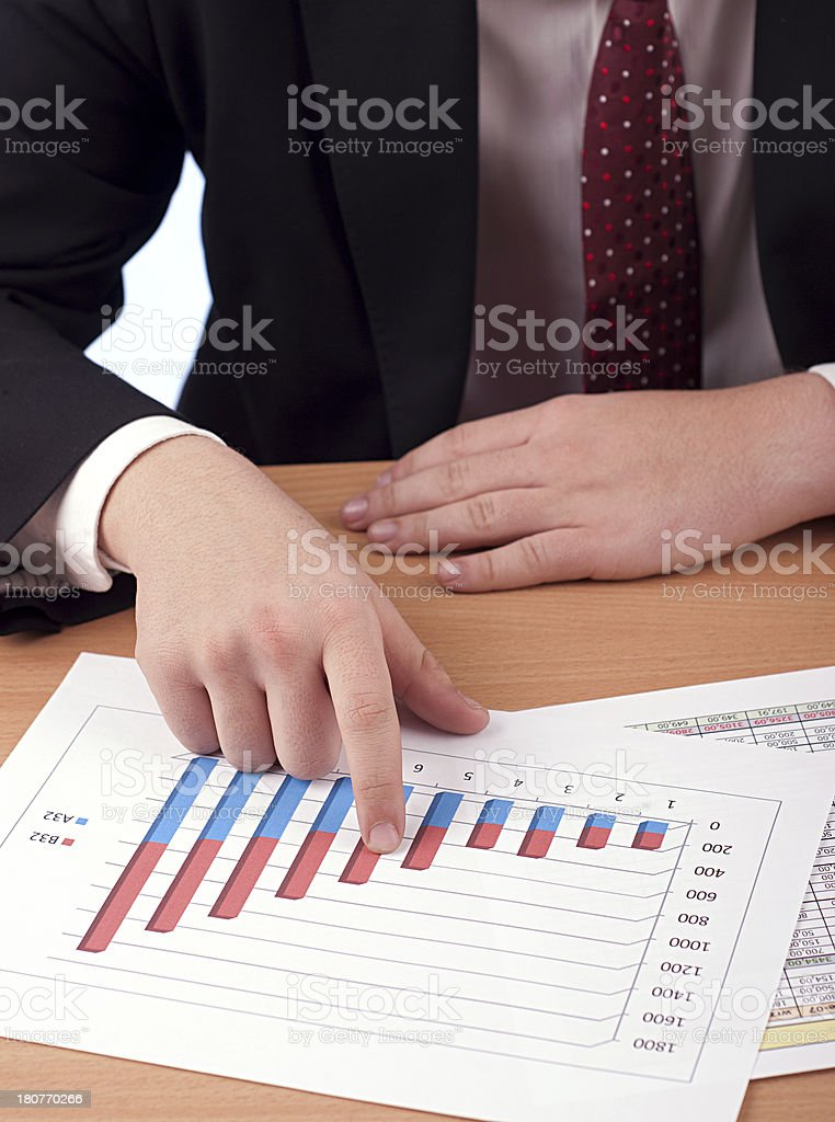 Hombre en traje y documentación financiera foto de stock libre de derechos