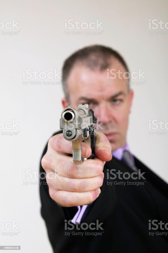 Homme en costume avec une arme à feu photo libre de droits