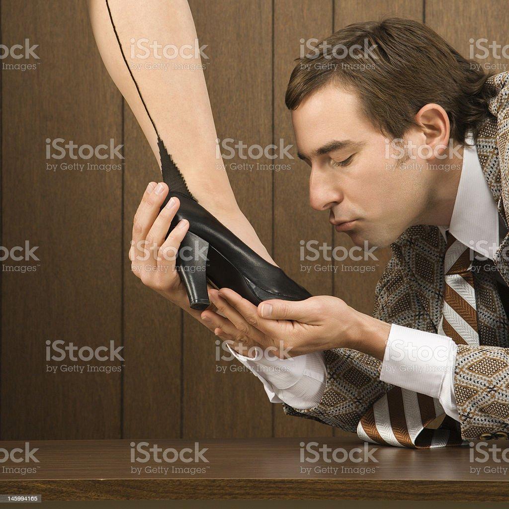 фото мужчины который целует ноги женщине