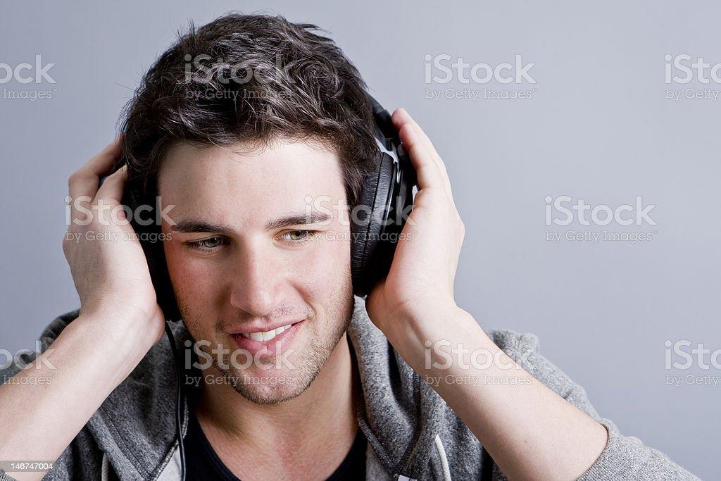 Hombre escuchar música foto de stock libre de derechos
