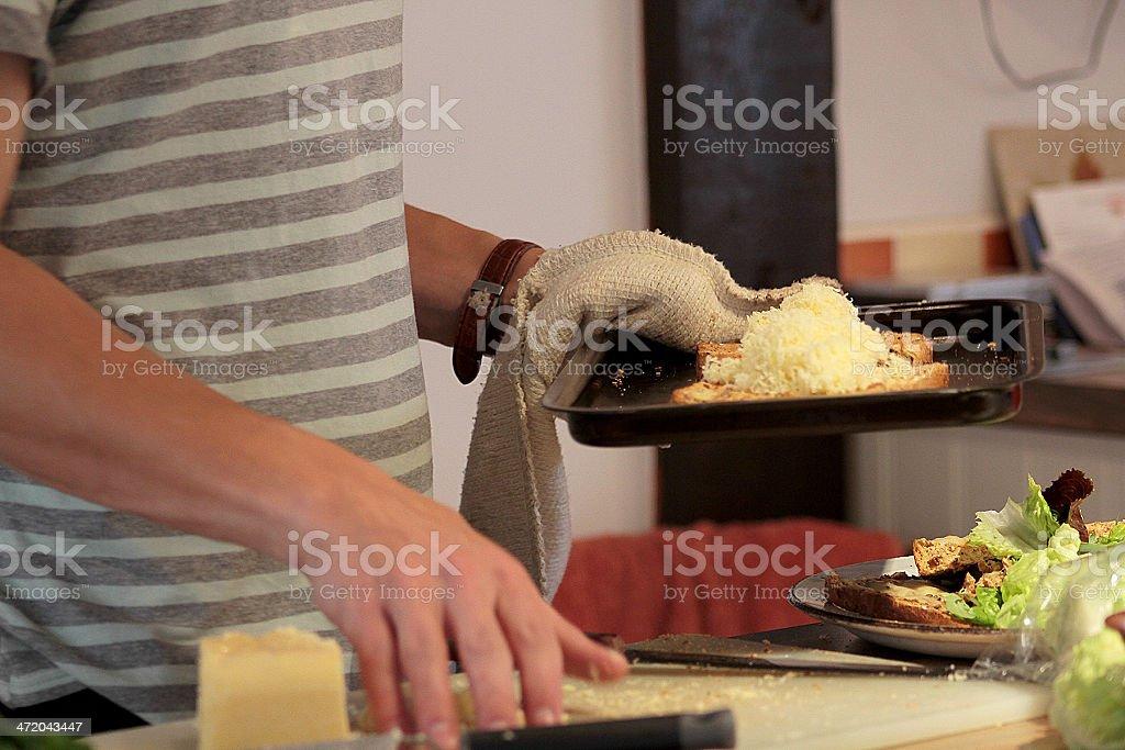 Uomo facendo Panino al formaggio foto stock royalty-free