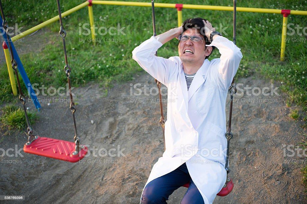 Homme d'un peignoir blanc agonisant dans un parc photo libre de droits