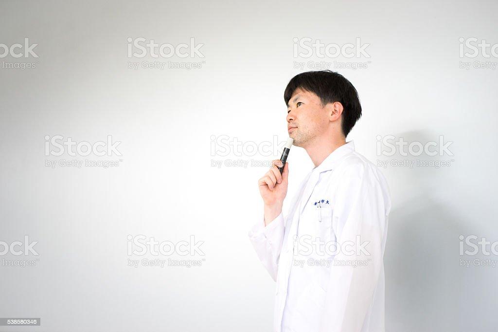 Homme (soins médicaux, étudier image, whiteback) le peignoir blanc photo libre de droits