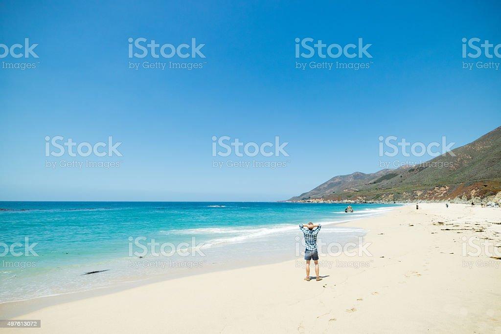 Mann am malerischen Strand, dem Pacific Coast Highway Route 1, Kalifornien Lizenzfreies stock-foto