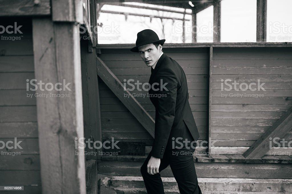 Hombre en el fondo de una casa de madera foto de stock libre de derechos