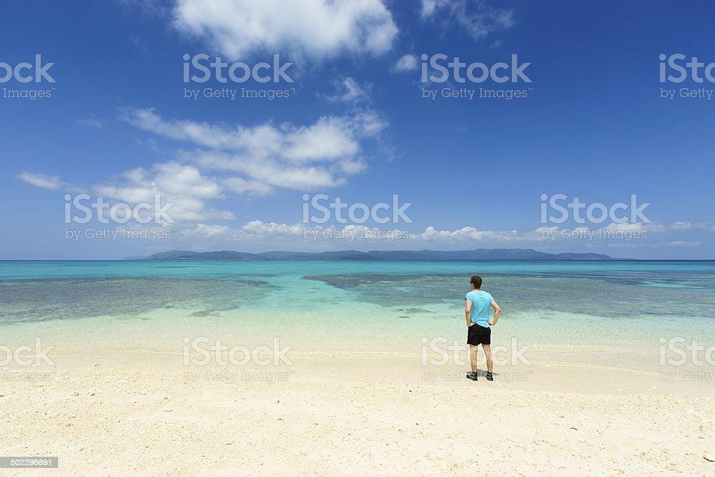 Mann auf unberührten tropischen Paradies coral Strand von Okinawa Lizenzfreies stock-foto