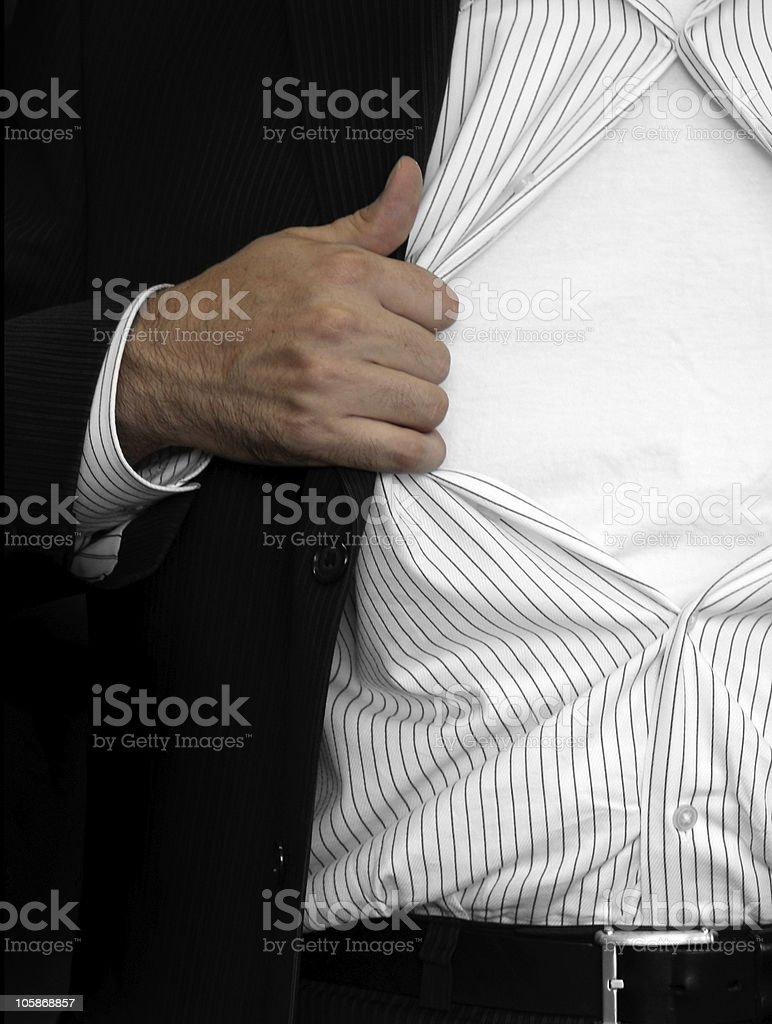 Homem Abre a sua camisola foto de stock royalty-free
