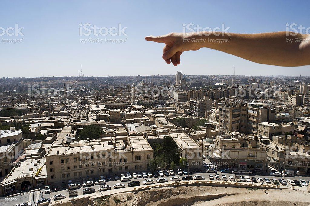 Homem apontando para a infinita sobre Aleppo, Síria foto royalty-free
