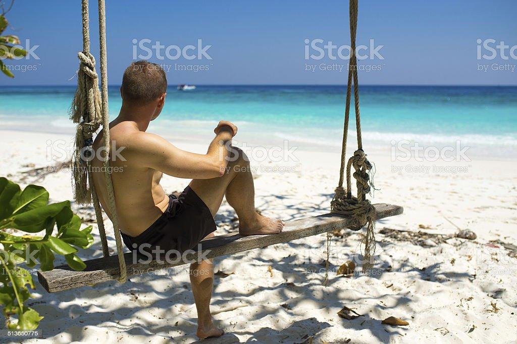 Mann entspannend auf tropischen Strand auf Ko Tachai island, Thailand Lizenzfreies stock-foto