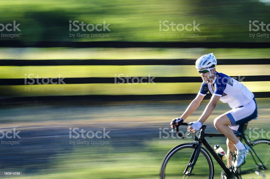Homem montado em um bycicle foto royalty-free