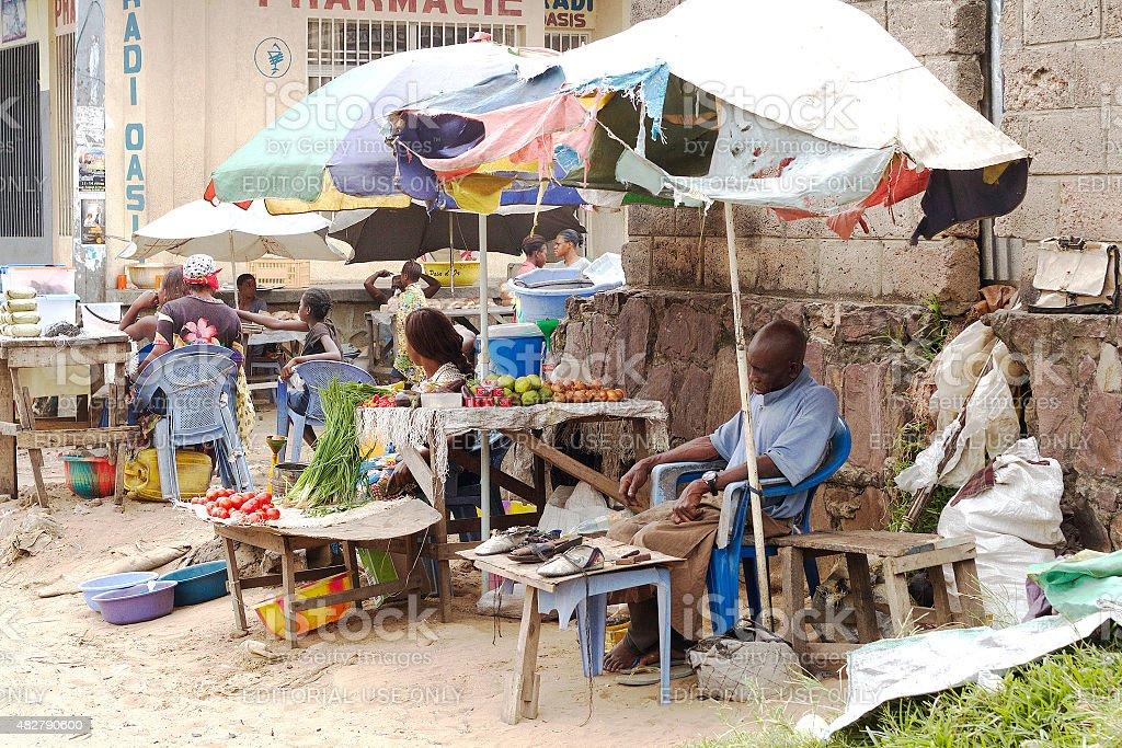 Uomo di dormire in affollato a Birmingham, Kinshasa foto stock royalty-free