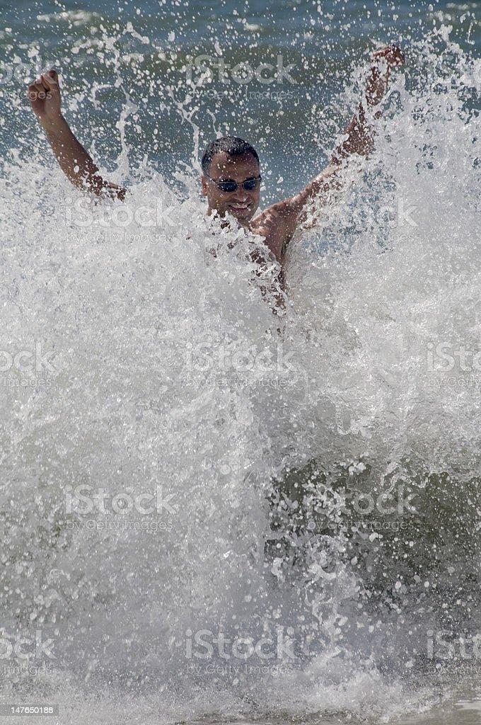 Homem de pé no ondas foto de stock royalty-free