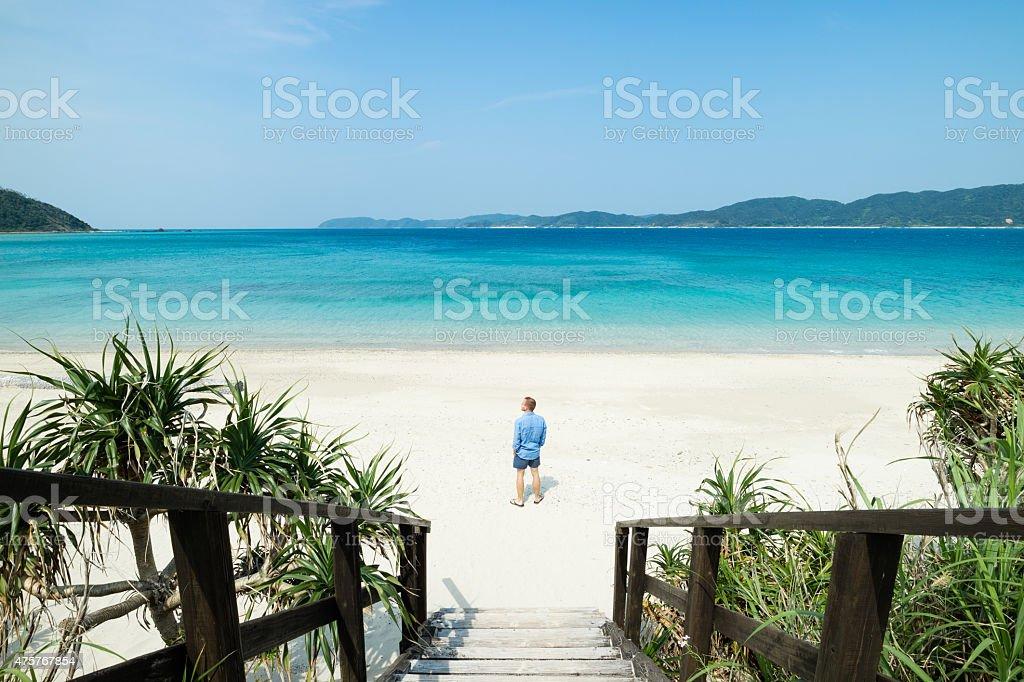Mann stehend auf weißem sand tropischen Korallen Lagune ein Paradies Strand Lizenzfreies stock-foto