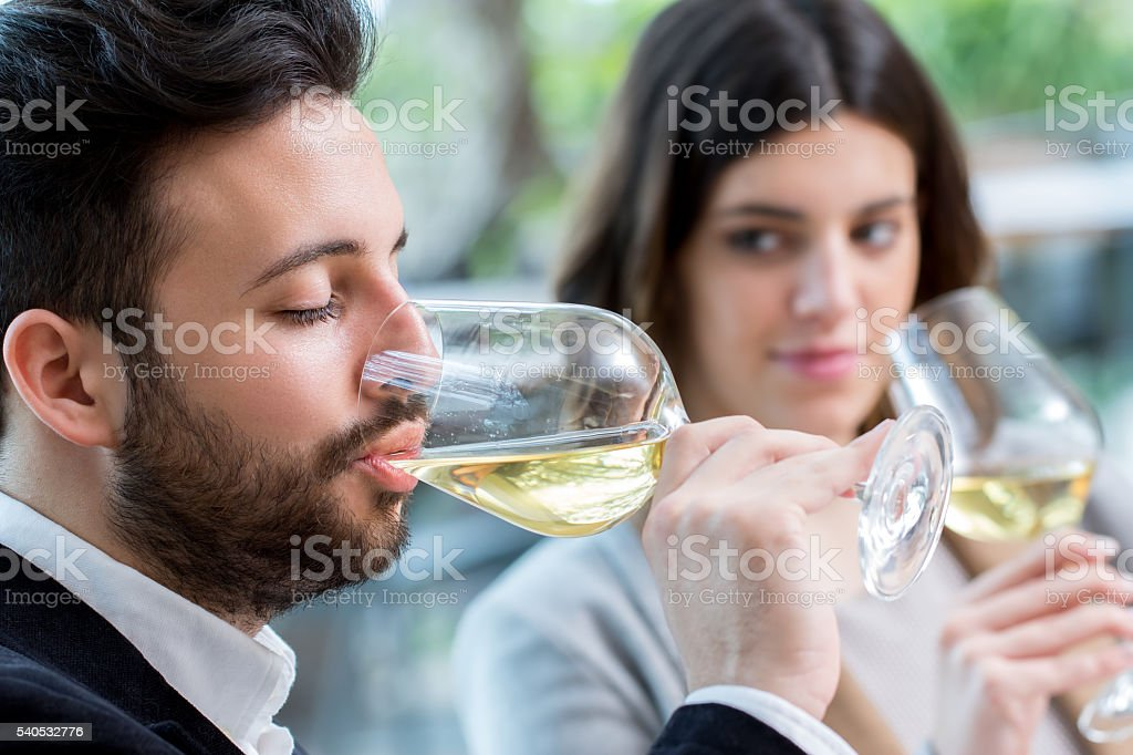 Homme, dégustation de vin blanc dans un restaurant. photo libre de droits