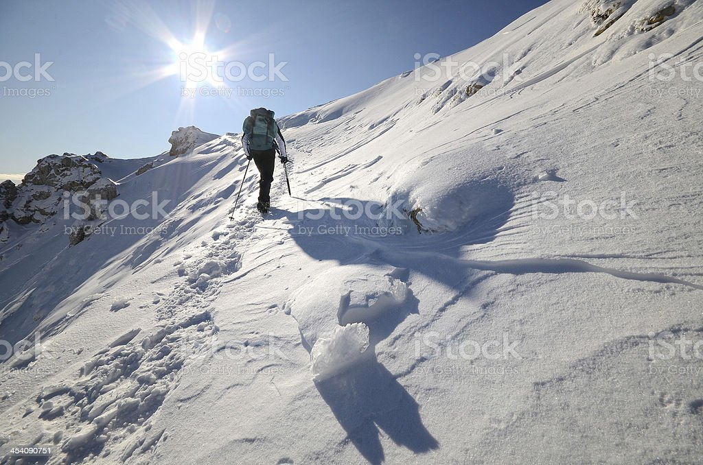 A man trekking alone in broad daylight in Alpinismo stock photo