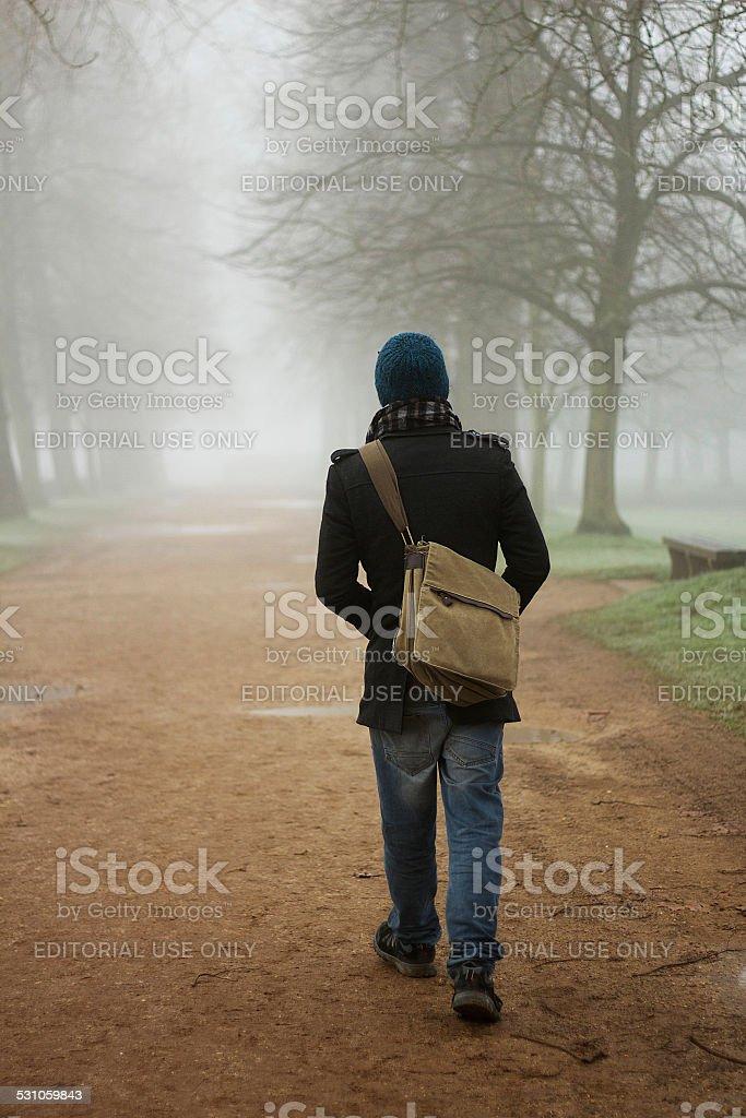 Uomo che cammina In nebbia nell'Oxfordshire foto stock royalty-free