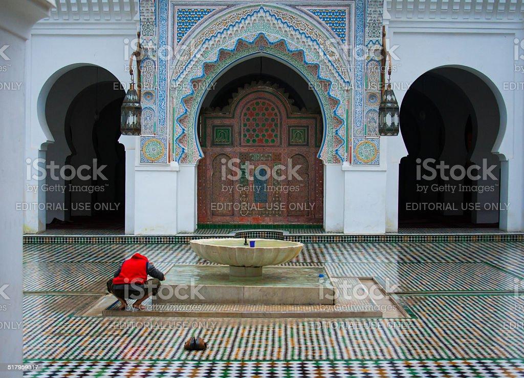 Uomo lavare una moschea di fes marocco foto di stock 517959317 istock