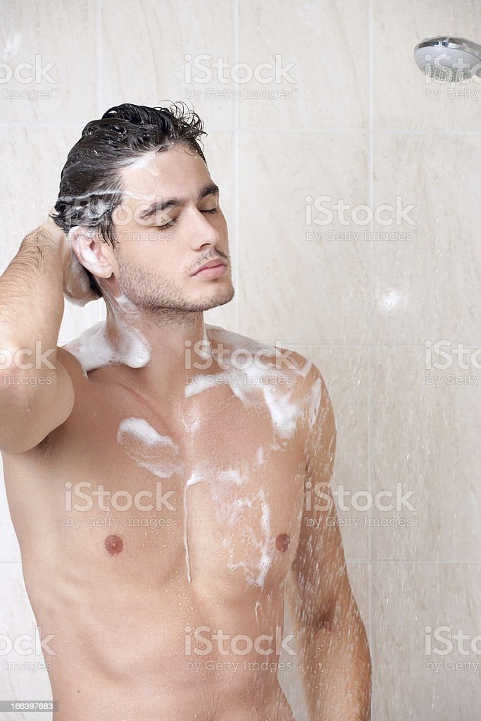 парни моются фото