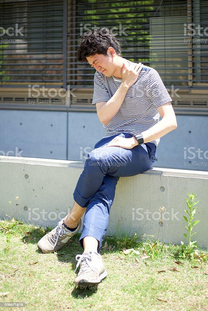 Homme qui se plaint de douleurs de l'épaule photo libre de droits