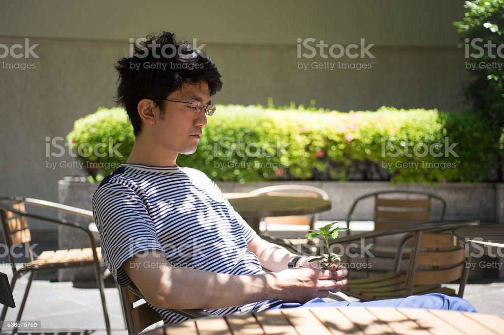 Homme qui est une plante dans sa main photo libre de droits