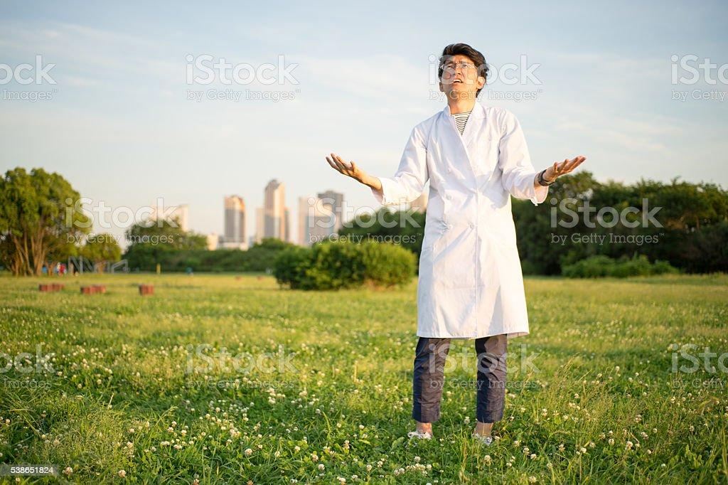 Homme qui est troublé avec un peignoir blanc de la silhouette photo libre de droits