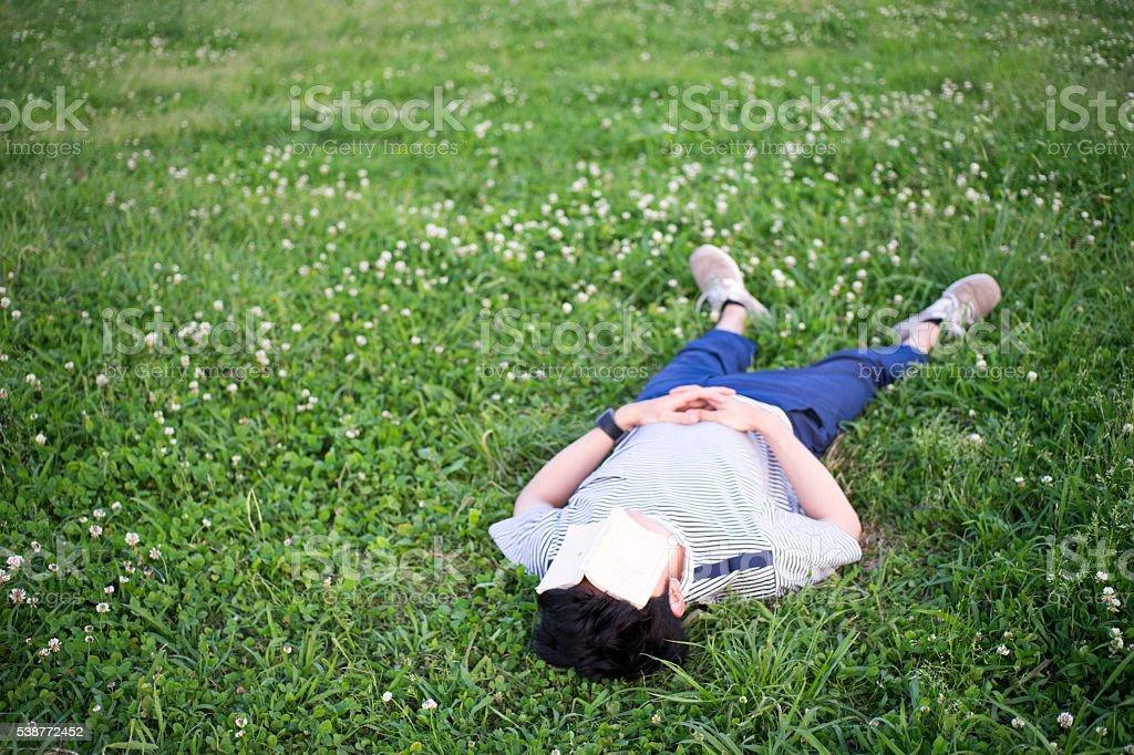 Homme qui peut accueillir avec une pelouse photo libre de droits