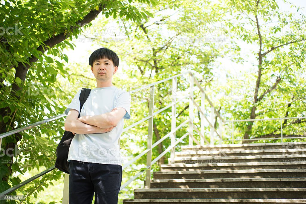 Homme qui se dresse sur les escaliers de rafraîchissants vert frais photo libre de droits