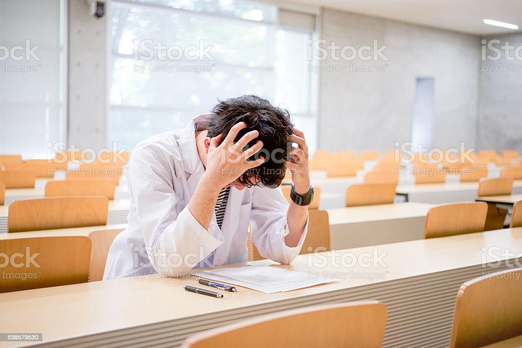 Homme qui prend un cours avec un peignoir blanc de la silhouette photo libre de droits
