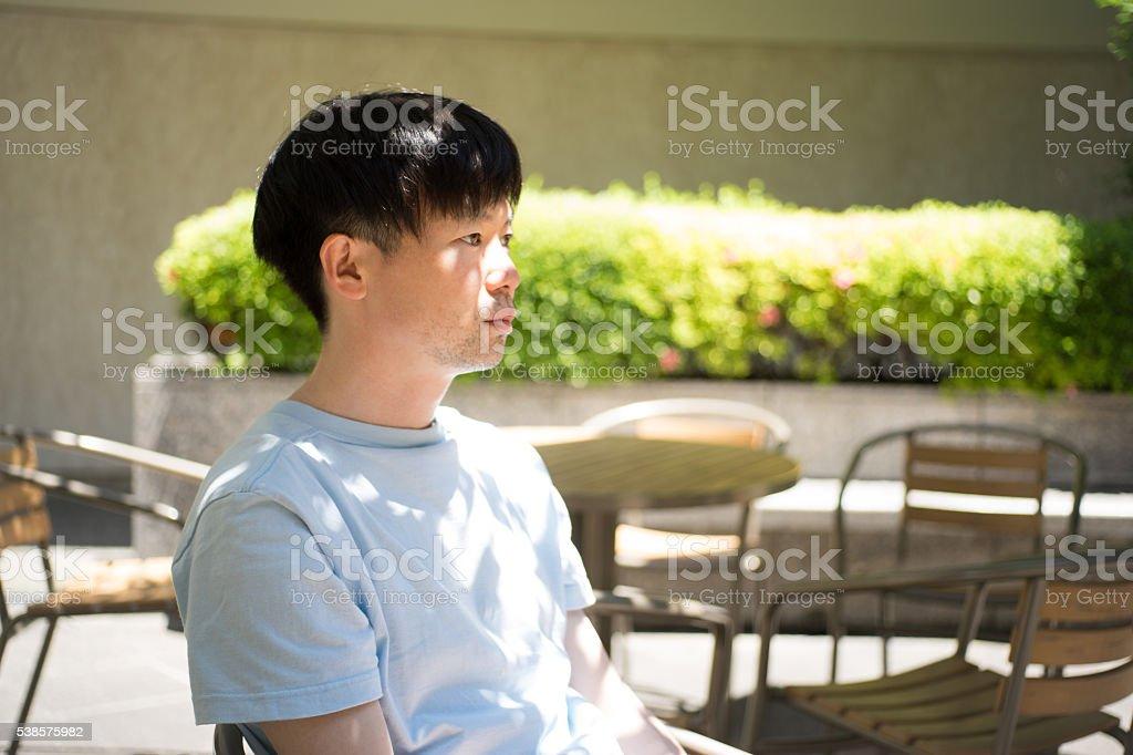 Homme qui n'est sous la lumière du soleil filtre à travers la végétation photo libre de droits