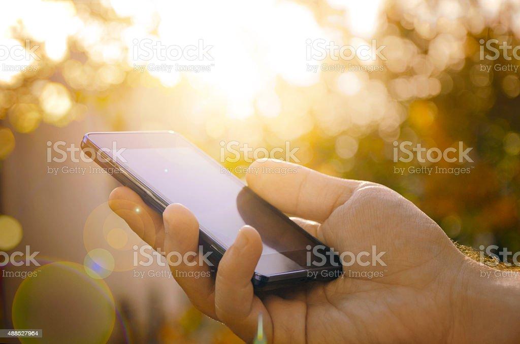 Hombre con teléfono inteligente, fondo Borroso en mano foto de stock libre de derechos