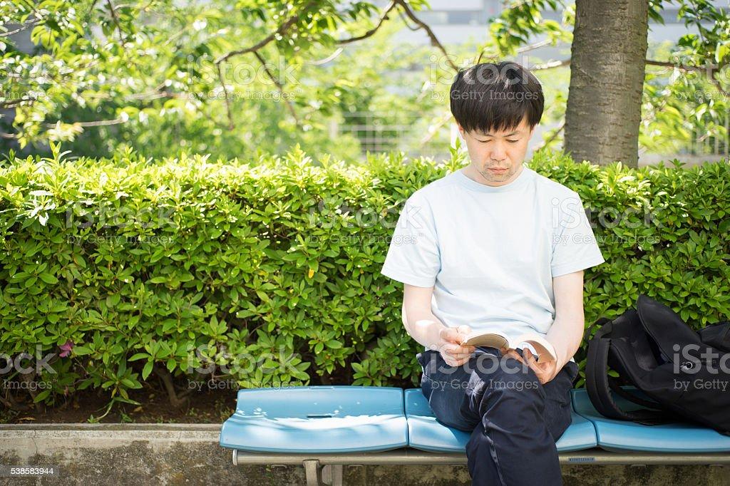 Homme avec la stabilité lecture d'un banc de musculation photo libre de droits