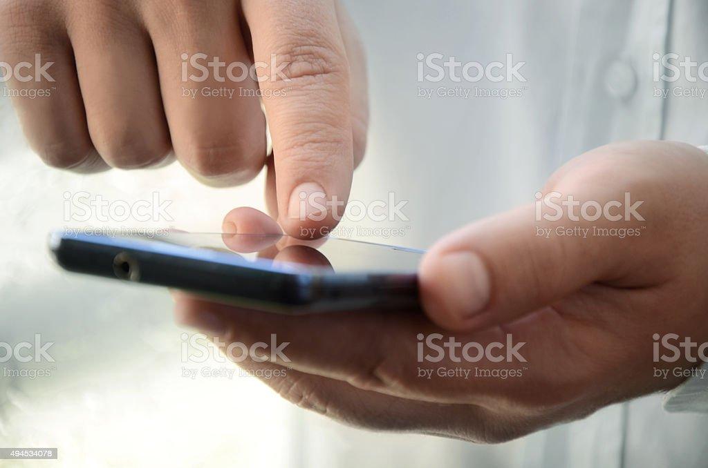 Hombre escribiendo mensaje en el teléfono móvil foto de stock libre de derechos