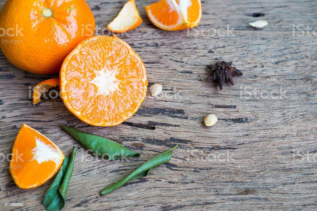 Mandarin Orange und Blatt auf hölzerner Hintergrund Lizenzfreies stock-foto