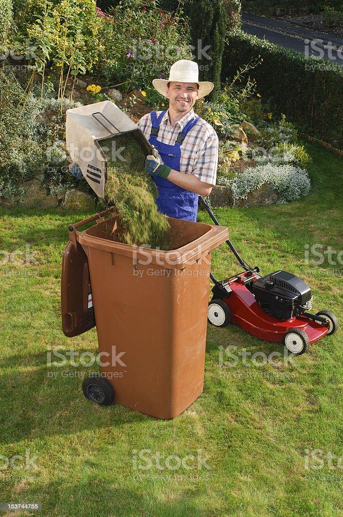 Mann bei Gartenarbeit, Biotonne stock photo