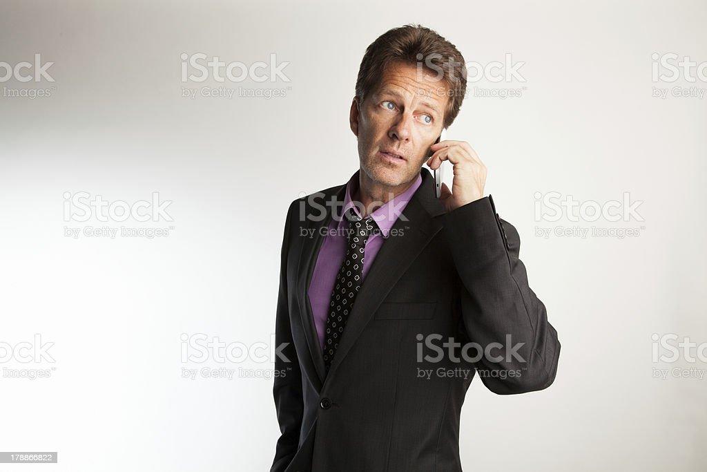Mann mit blauen Augen und Anzug telefoniert royalty-free stock photo