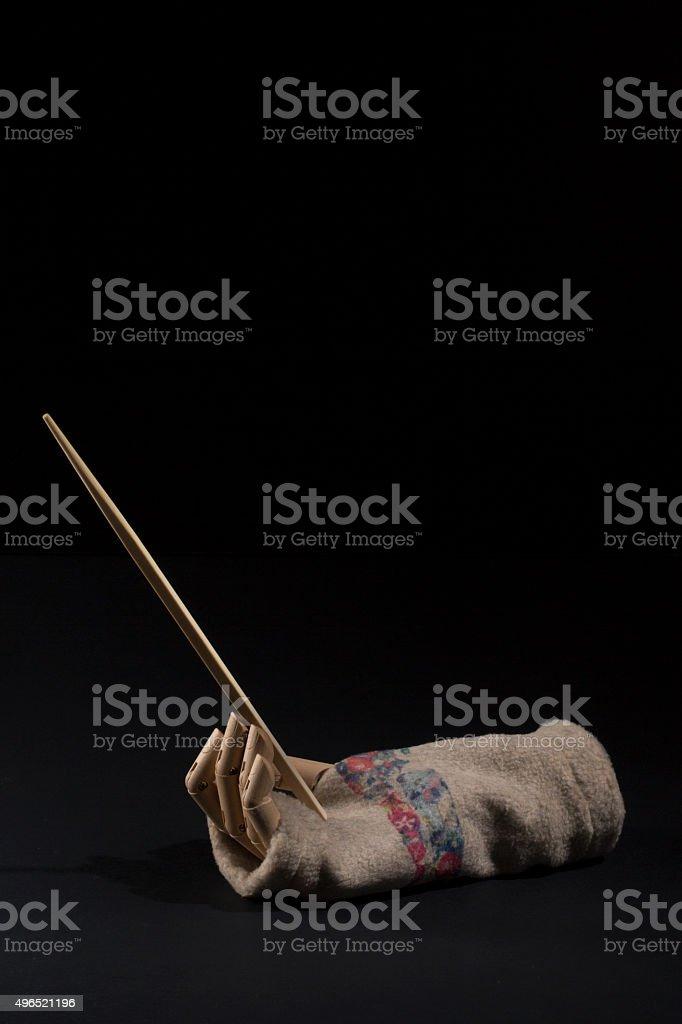 mano legno bacchette cinesi cibo guanto invernale su sfondo nero stock photo