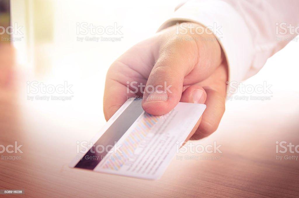 Mano del hombre sosteniendo una tarjeta de crédito foto de stock libre de derechos