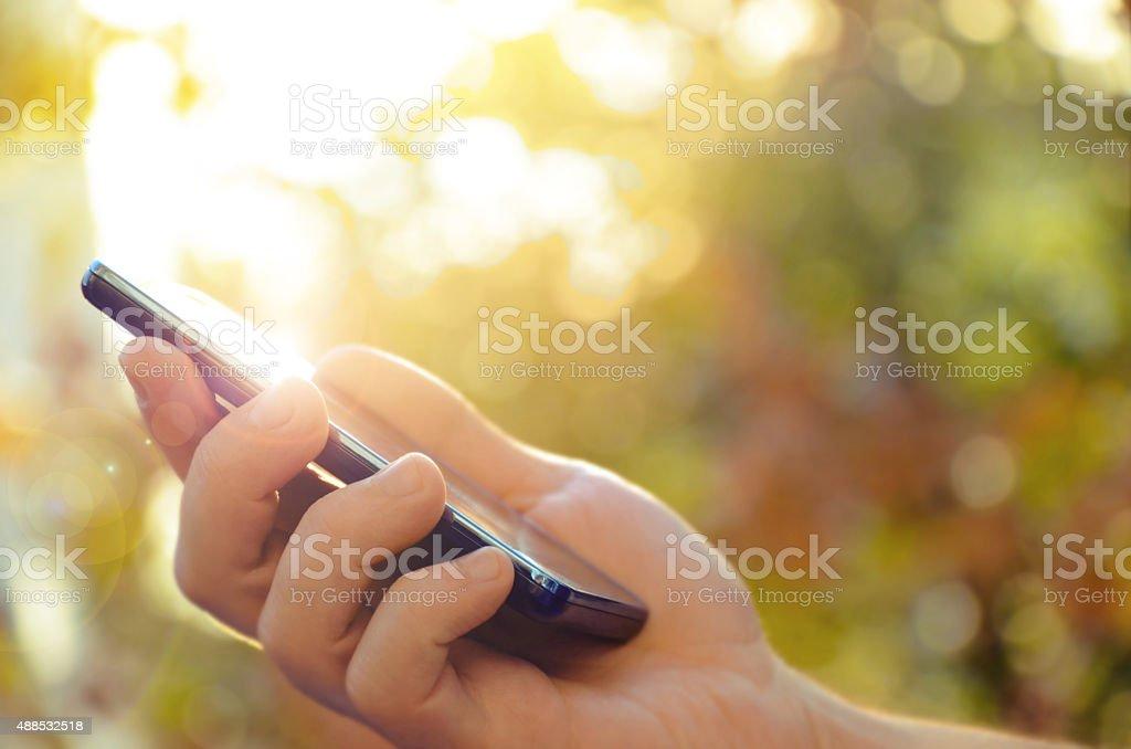 Mano de un hombre usando teléfonos móviles inteligentes foto de stock libre de derechos