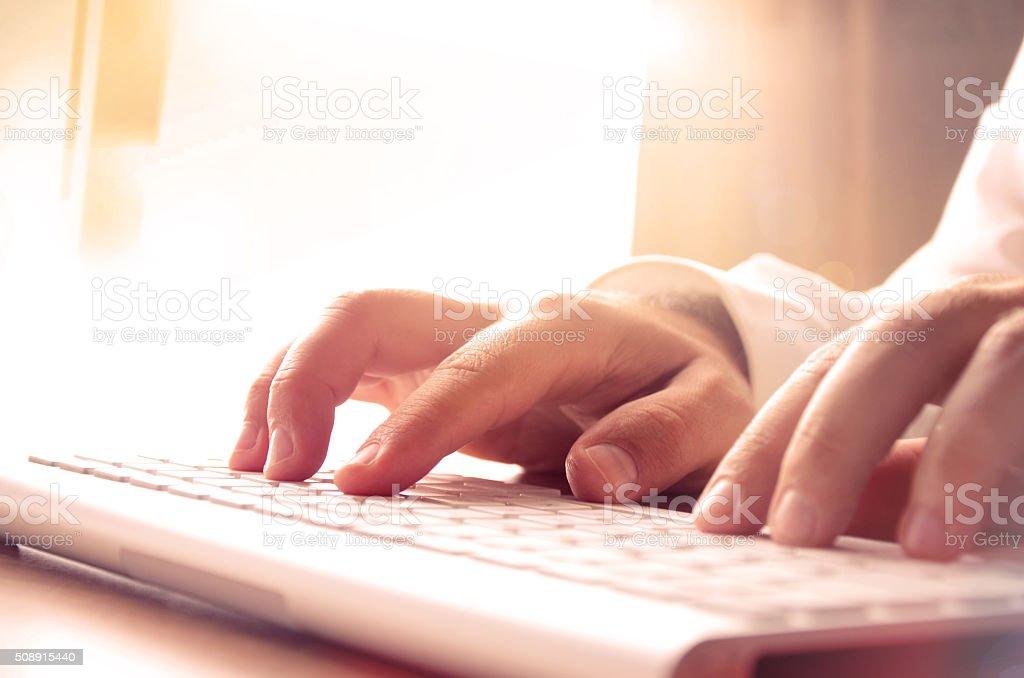 Manos del hombre escribiendo en computadora teclado foto de stock libre de derechos