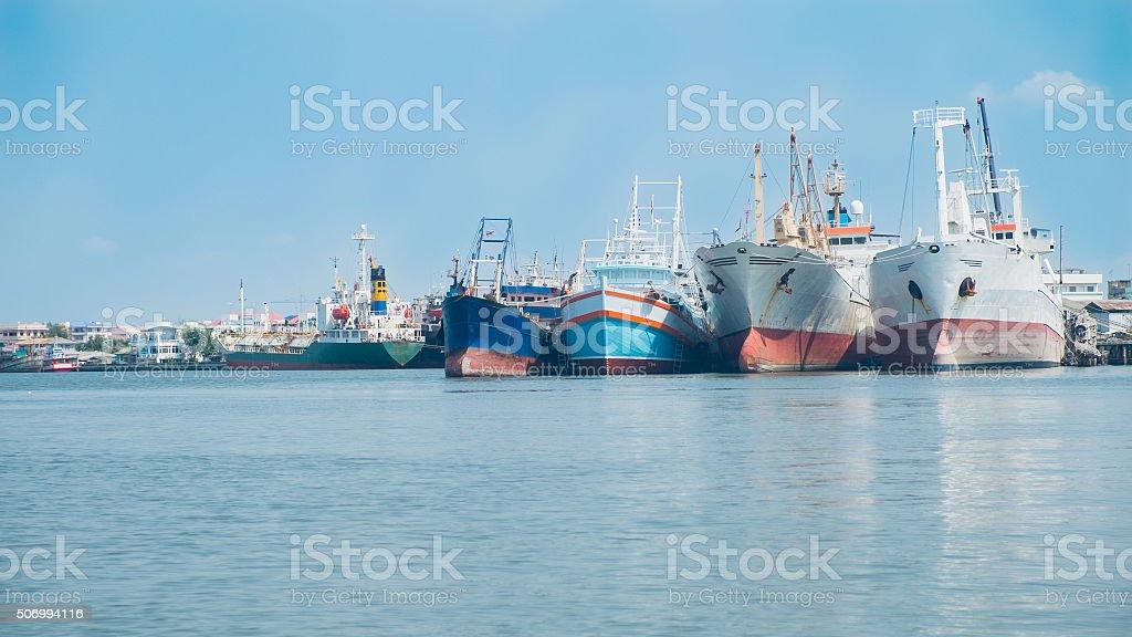 Vielen Boote vertäut am Hause, Fischerboote mit blauer Himmel. Lizenzfreies stock-foto