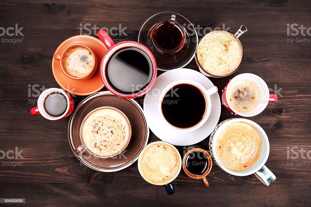 Plusieurs tasses de café sur la table en bois - Photo