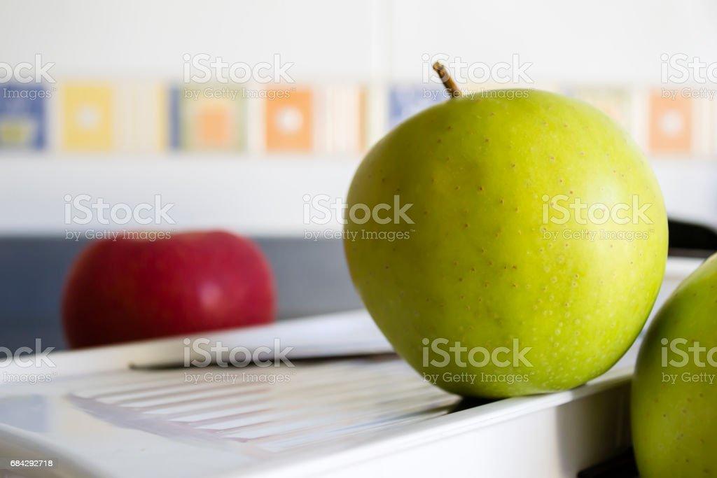 manzanas con mandolina stock photo