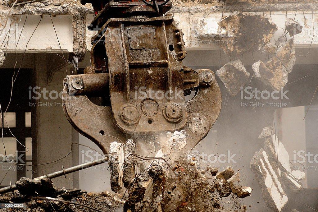 maquinaria pesada demoliendo edificio royalty-free stock photo