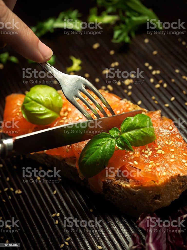 Salmão marinado com manjericão e sementes de sésamo foto royalty-free