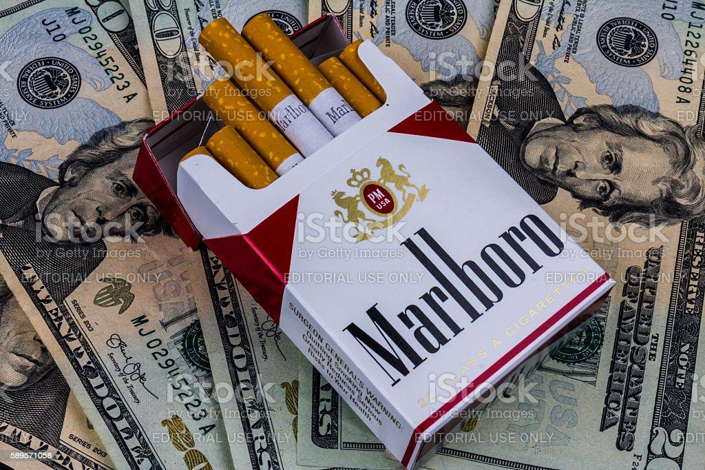 Marlboro Cigarettes and Twenty Dollar Bills Representing High Costs IV photo libre de droits